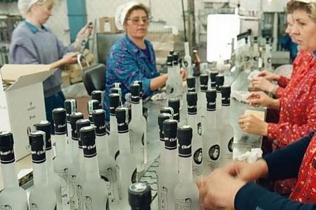 Polacy wydają na wódkę tyle samo, ile na chleb