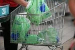 Polacy przeciwni płatnym foliówkom w sklepach
