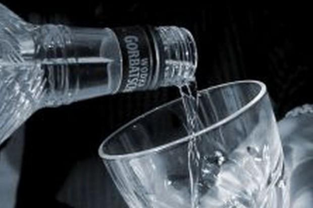 Analitycy Nielsena: W czasie kryzysu konsumenci nie zrezygnują z alkoholu i papierosów