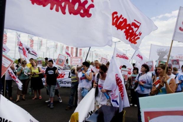 Protest związkowców w Warszawie. Wśród uczestników demonstracji są pracownicy hipermarketów