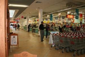 W Dębicy powódź zatopiła duże centrum handlowe z hipermarketem Carrefour