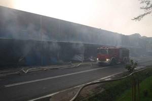 Trwa dogaszanie pożaru w zakładach mięsnych JBB
