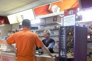Przybywa sklepów przy stacjach paliw