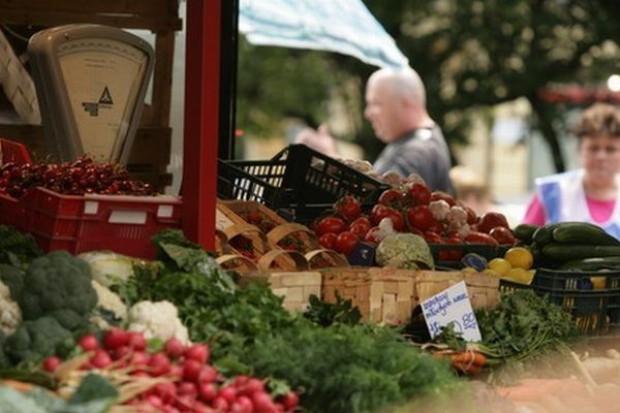 Połowa Polaków owoce i warzywa kupuje na bazarze, 30 proc. społeczeństwa nabywa tam mięso