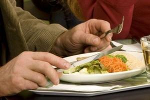 Polacy zmniejszą wydatki na jedzenie poza domem