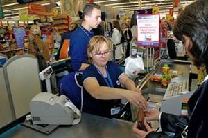 Pracownicy sklepów Carrefoura kontrolują się nawzajem
