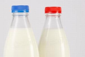 Robico wprowadza na rynek mleko w znanych z PRL-u szklanych butelkach