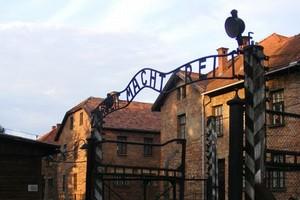 """Z Muzeum Auschwitz zginął napis """"Arbeit macht frei"""""""