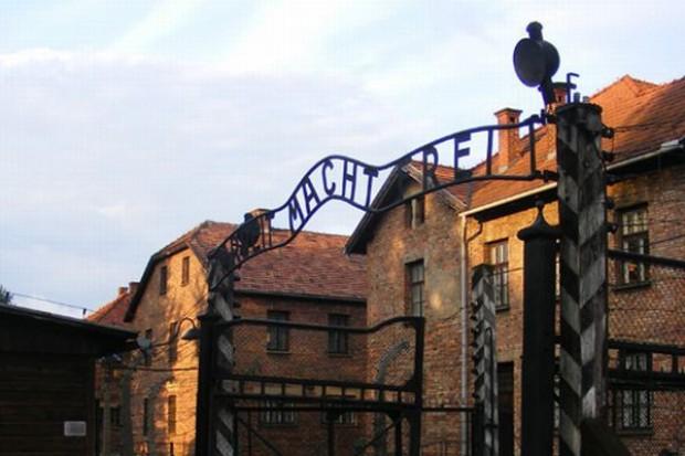 Z Muzeum Auschwitz zginÄ…Å' napis