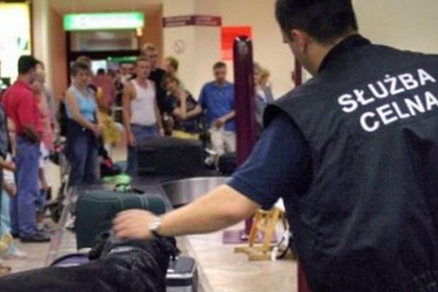 Jeszcze trzy lata zakazu wnoszenia napojów do samolotu. Zakaz dla żywności pozostanie
