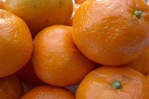 Niestabilne ceny importowanych mandarynek na rynkach hurtowych