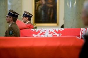 Od Å›rody na warszawskim Torwarze czuwanie przy trumnach ofiar katastrofy