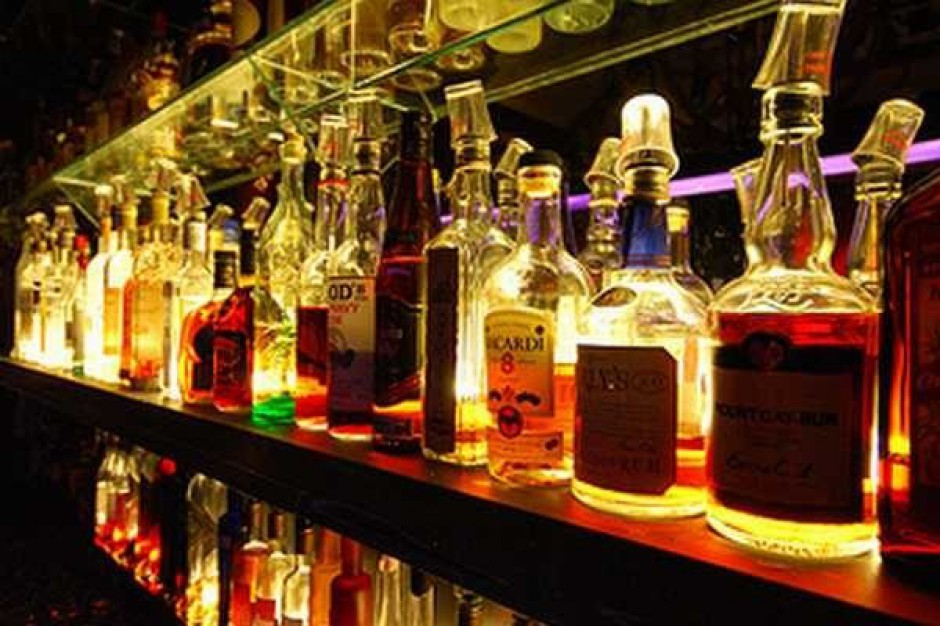 Polacy piją coraz mniej wódki. Producenci alkoholu toczą wojnę o udziały w rynku