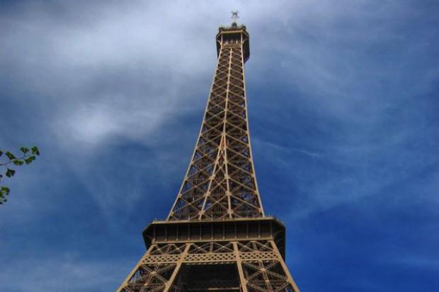 Paryska policja ostrzega przed pijaństwem pod wieżą Eiffla