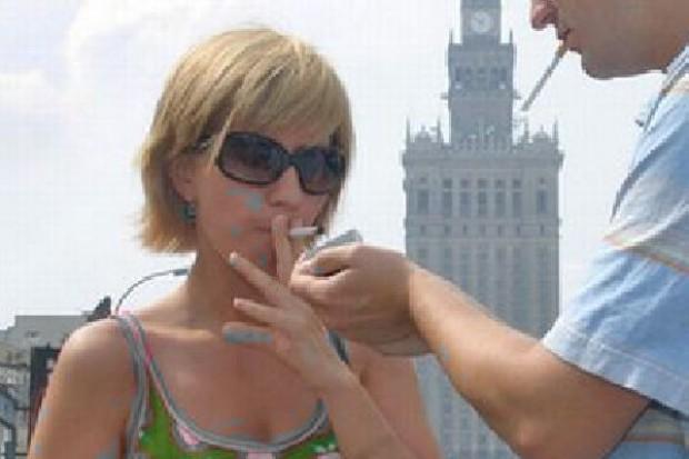WHO chce ograniczenia adresowanych do kobiet reklam papierosów