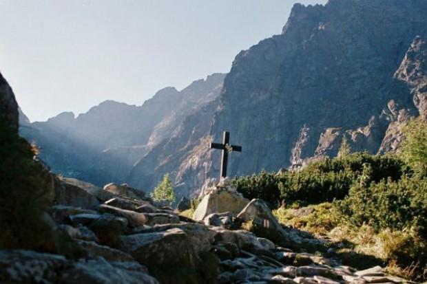Ze szczytu Rysów usunięto krzyż i reklamowe tablice