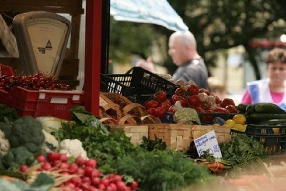Aż 47 proc. wszystkich owoców i warzyw Polacy kupują na bazarach
