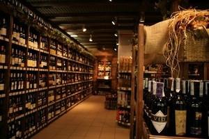 Obroty sklepów z alkoholami i papierosami spadają o 20 proc.
