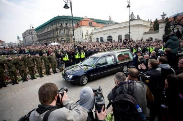 Katastrofa smoleńska. Przed Pałacem Prezydenckim coraz więcej ludzi