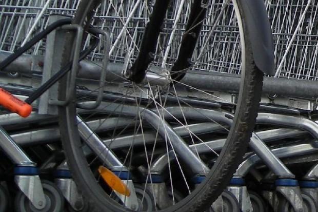 Rowerzyści walczą o lepsze stojaki przy sklepach