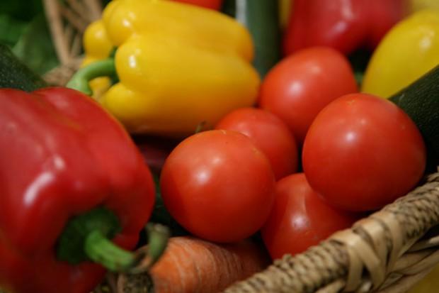 Spadający popyt na ogórki i pomidory przyczyną znacznych obniżek cen