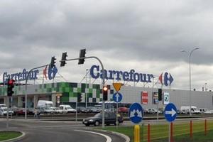 Ewakuacja klientów hipemarketu Carrefour w Elblągu