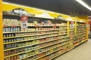 Wojna cenowa w handlu: Hipermarkety rzucają rękawicę dyskontom