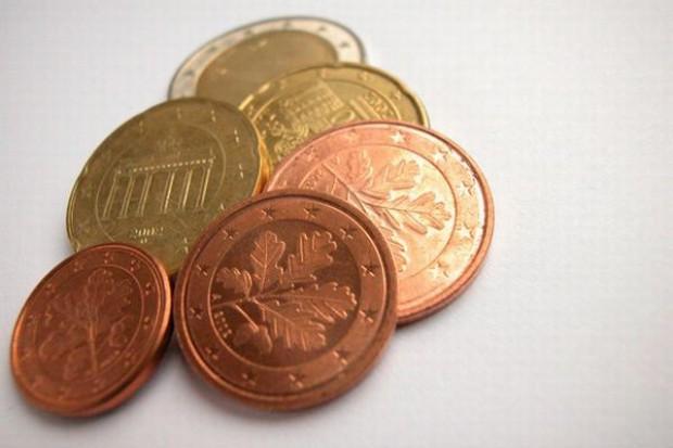 Euro umacnia się w oczekiwaniu na szczyt w sprawie rozwiąznia kryzysu w Europie