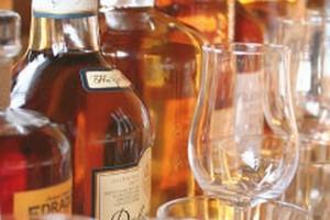 Spada spożycie wódki i piwa. Pijemy więcej whisky