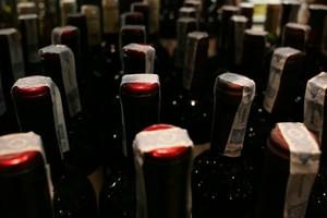 Dystrybutor alkoholi Janus negocjuje z dostawcami. Może ograniczać ich udział