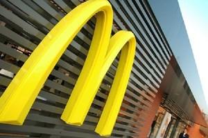 McDonalds zadowolony z restauracji za terenie hipermarketu Carrefour