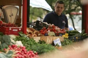 Supermarkety wykańczają właścicieli straganów