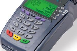 Niższe koszty obsługi płatności bezgotówkowych mogłyby skusić sieci handlowe do instalowania terminali