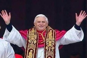 Benedykt XVI modlił się przy grobach swych poprzedników