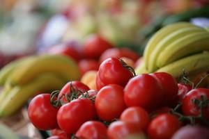 Polacy chętnie jedzą pomidory i ogórki