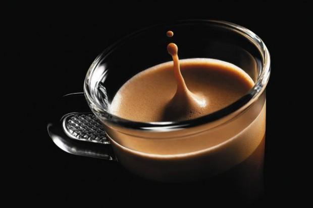Polacy wciąż piją kawę w kawiarniach, ale wydają na nią mniej