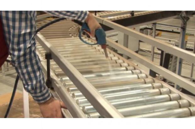 Jak dbać o czystość linii produkcyjnych i hal w zakładach spożywczych?