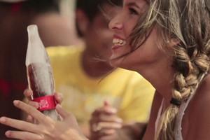 Nowa butelka Coca-Coli jest w całości z lodu