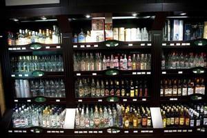"""Polacy piją coraz mniej """"czystej"""""""