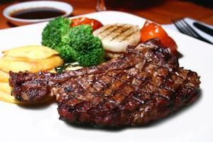 Polacy jedzą coraz mniej mięsa