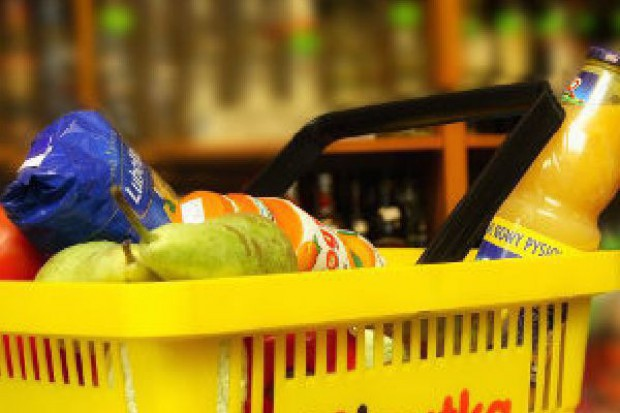 Supermarkety zahamowały spadki, ale klienci kupują głównie w dyskontach