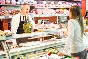Polacy robią zakupy głównie w supermarketach, dyskontach i na bazarach