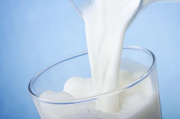 Mleko podrożało o prawie 25 proc. Cena nadal będzie rosła