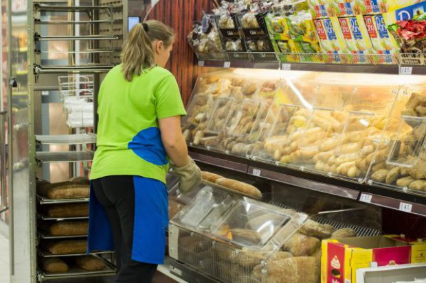 Rosną pensje pracowników sieci marketów