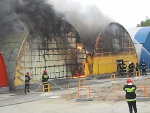 Zdjęcie numer 4 - galeria: Duży pożar na Praskiej Giełdzie Spożywczej (Galeria zdjęć)