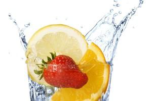 Polacy piją coraz więcej wody i soków. Tracą napoje gazowane