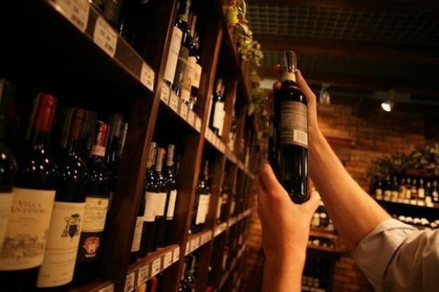 Polacy lubią pić, ale nie kupować wino