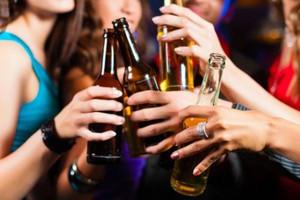 Kobiety piją prawie tyle samo alkoholu, co mężczyźni
