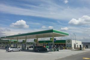 Koncerny inwestują w stacje paliw przy autostradach