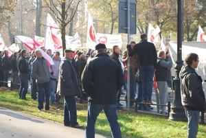 """Zdjęcie numer 1 - galeria: Sadownicy protestowali w stolicy w kamizelkach z napisem """"Frajer"""" (galeria zdjęć)"""